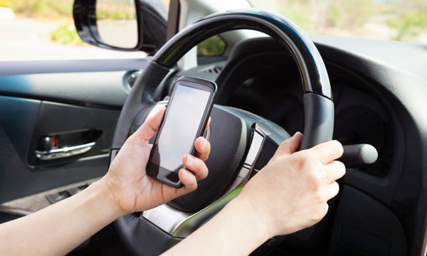 cell phone texting while driving_2131025811326193-159532