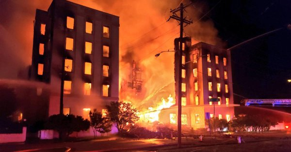 Fire destroys vacant former luxury hotel in Dallas_1559048020618.jpg.jpg